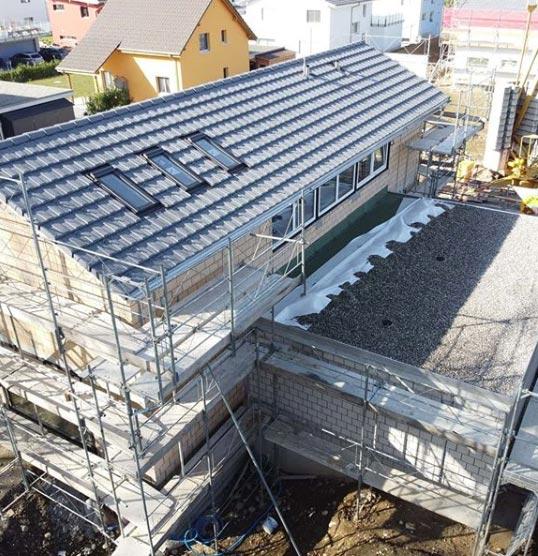 Rohbau eines Hauses mit Gerüst aus der Vogelperspektive