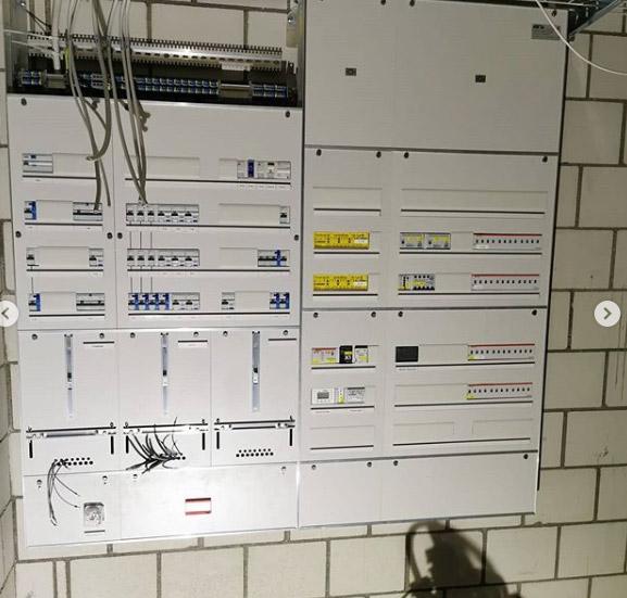 Stromverteilerkasten mit Kabel
