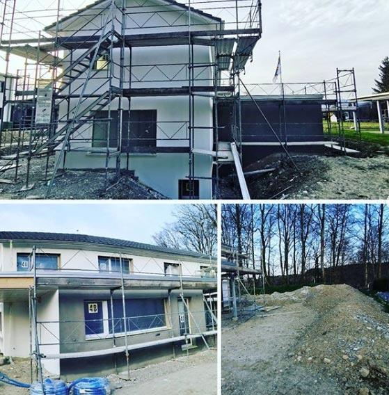 Rohbau eines Hauses mit Baugerüst
