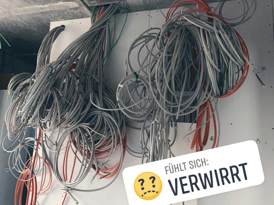 Von der Decke hängende Kabel für die Integration in den Verteilerschrank