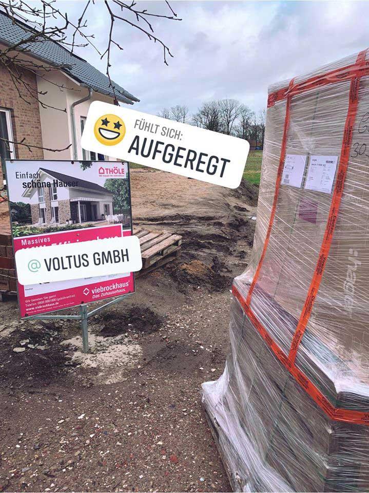 Eine große Lieferung von VOLTUS auf der Baustelle stehend