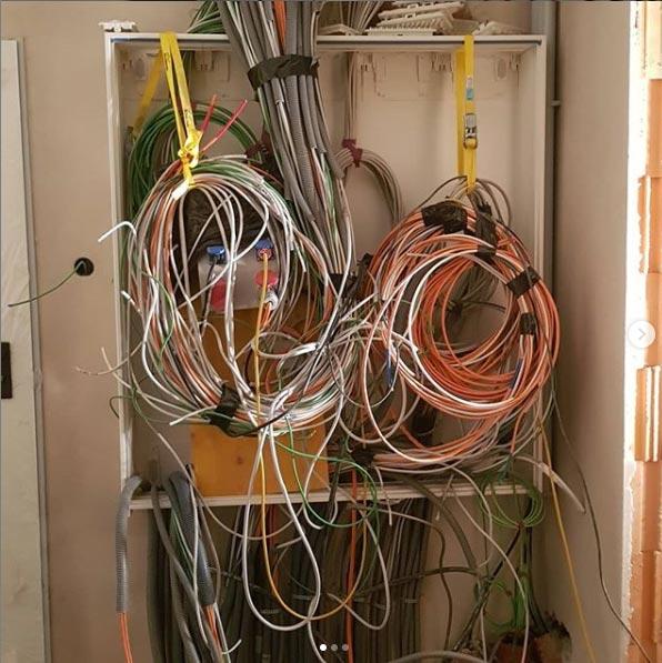 Verschiedene Kabelstränge für den Schaltschrank