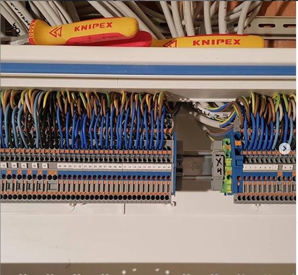 Einzelne Komponenten und Kabel im Schaltschrank