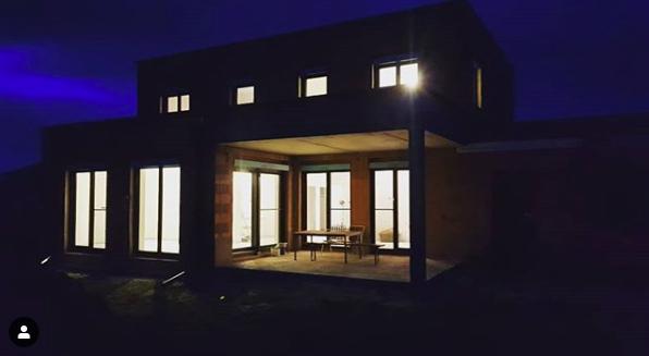 Ein beleuchtetes Haus inmitten der Dunkelheit