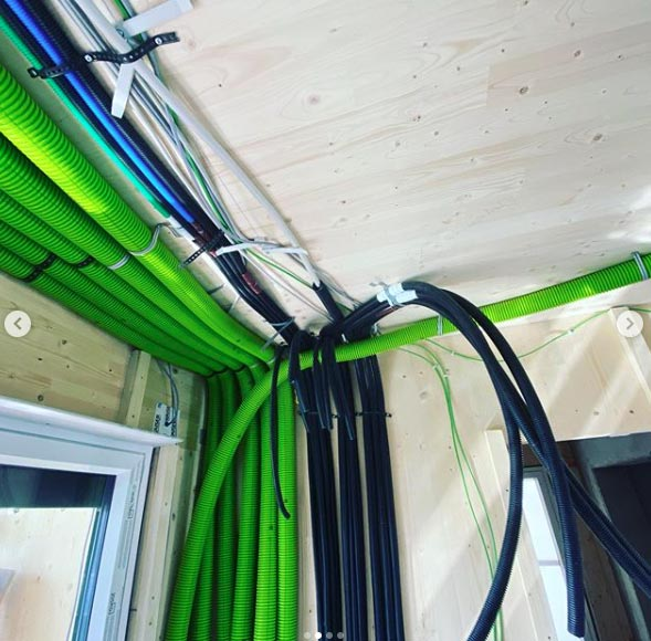Rohre und Kabel im Rohbau eines Hauses