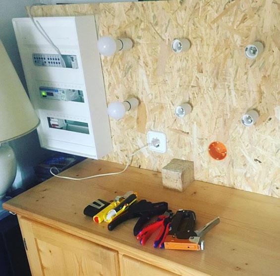 Werkzeug auf einem Tisch liegend und Glühbirnen in der Wand