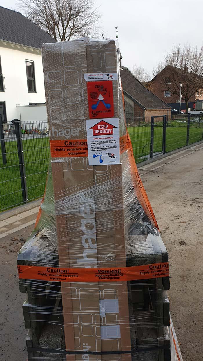 Ein verpackter Verteilerschrank auf einer Straße stehend