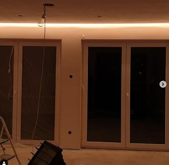 Ein beleuchtetes Zimmer bei Dunkelheit