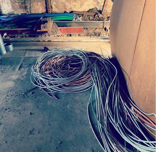 Viele Kabel aufgerollt am Boden liegend