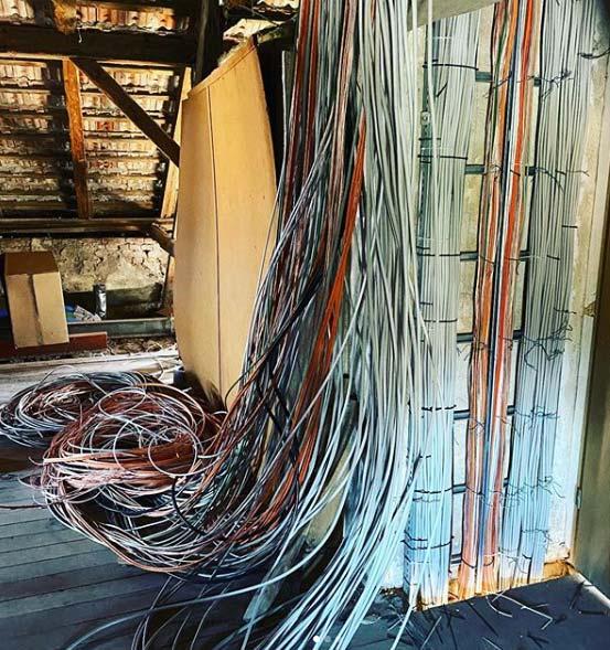 Viele Kabelstränge von der Decke hängend