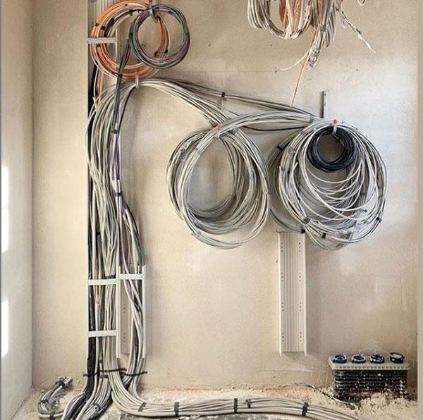 Zu verlegende Kabel aufgerollt und an einer Wand befestigt