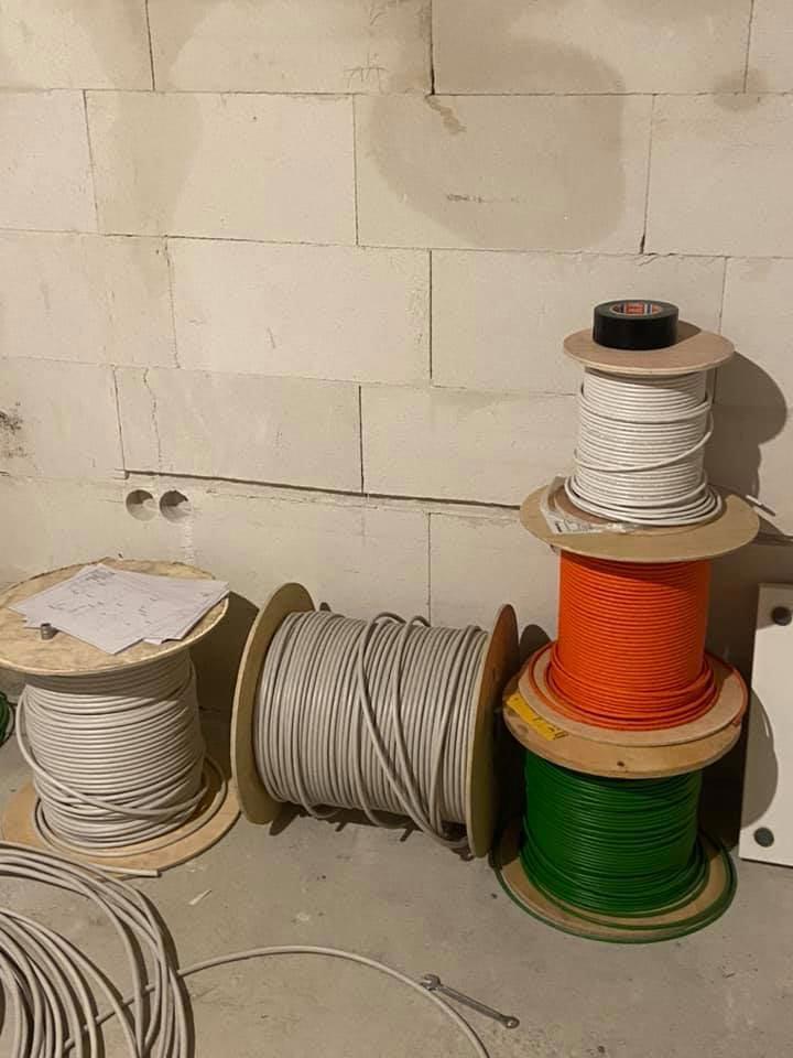 Kabel aufgerollt auf Kabelrollen