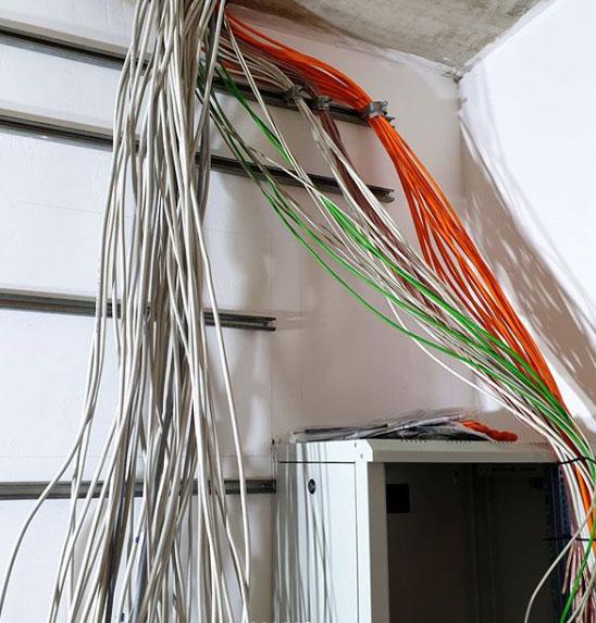 Kabel von der Decke hängend