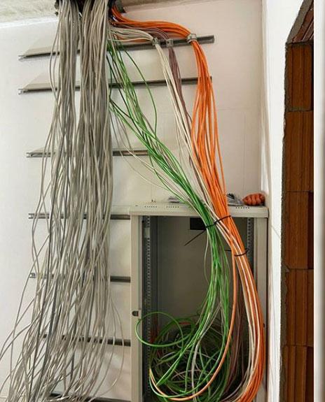 Innenwand eines Rohbaus mit Kabel