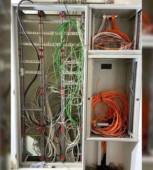 Ein offener Schaltschrank mit Kabel