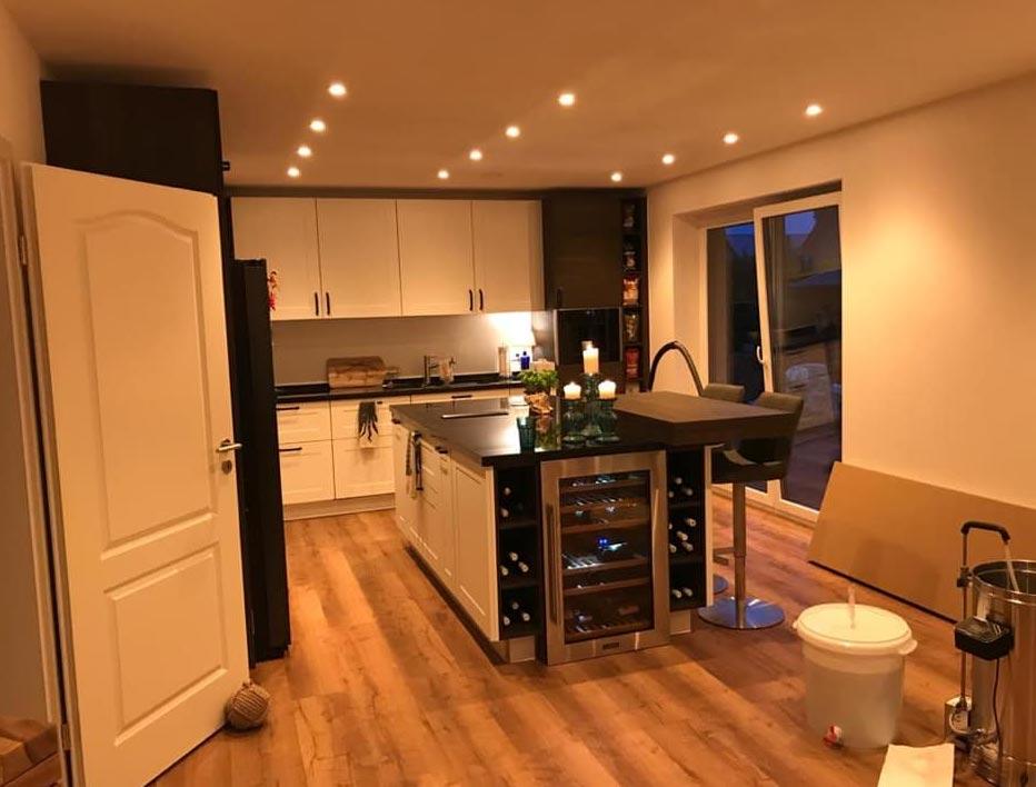 Küche eines Hauses mit Constaled Beleuchtung