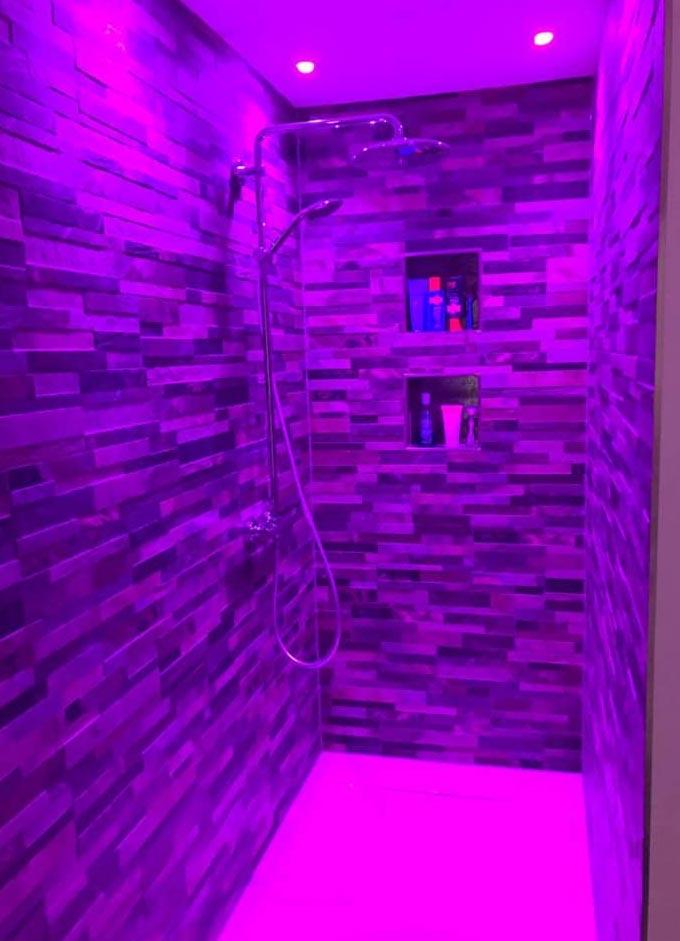 Duschkabine mit pinker Constaled Beleuchtung