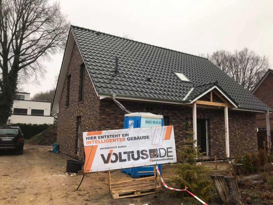 Rohbau eines Hauses mit VOLTUS Banner