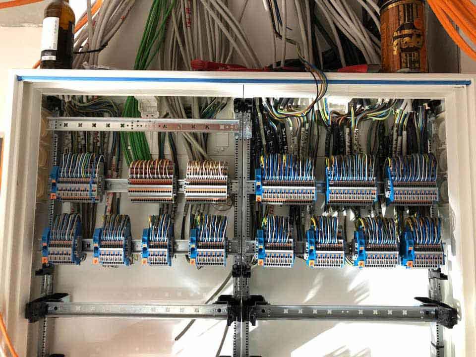 Kabel von der Decke in den Schaltschrank verlegt