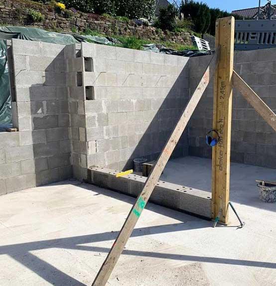 Bodenplatte eines Rohbaus mit gemauerten Wänden