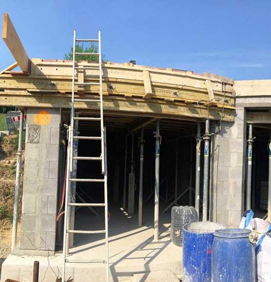 Rohbaus eines Hauses mit angestellter Leiter