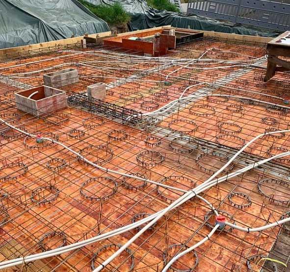 Bodenplatte eines Rohbaus mit Kabel