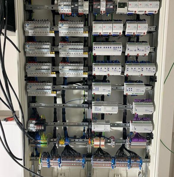 Das Innenleben eines Schaltschranks mit unterschiedlichen Komponenten